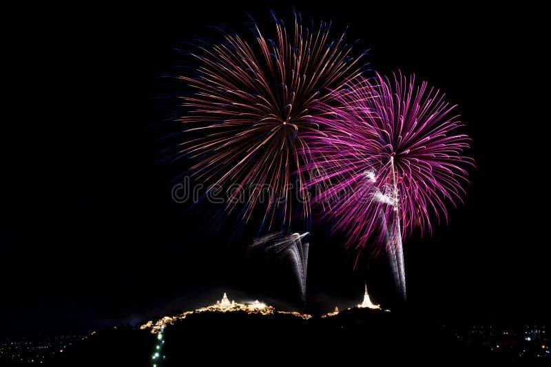 Kleurrijk vuurwerkfestival over Phra Nakhon Khiri Khao Wang bij P royalty-vrije stock fotografie