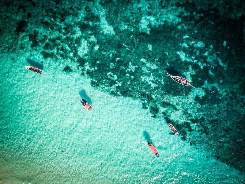 Kleurrijk zeegezicht met duidelijke turkooise water en vissersboten stock afbeelding