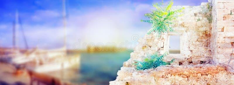 Kleurrijk zonnig landschap met oude huisruïnes en onscherpe boten royalty-vrije stock afbeelding