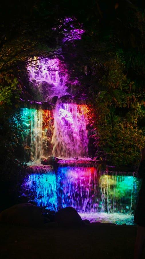 Kleurrijke aangestoken waterval stock fotografie