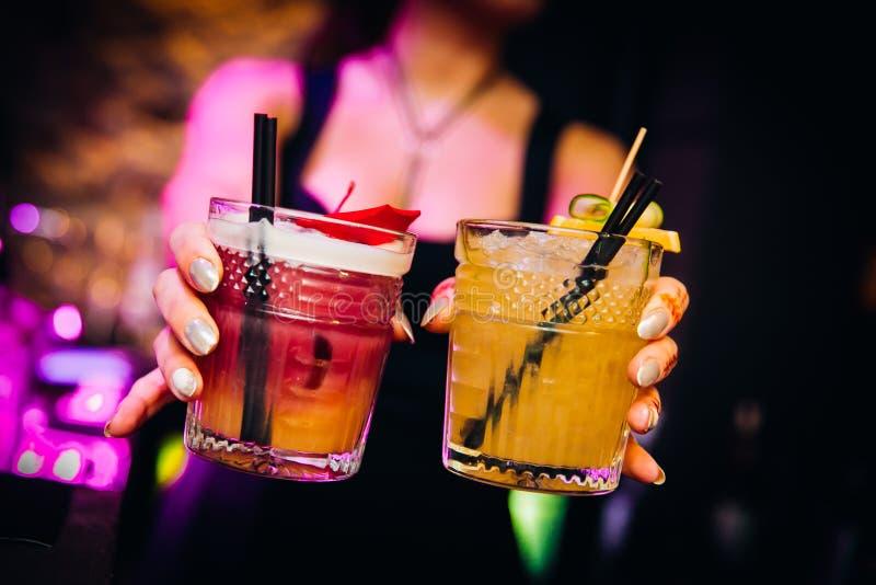 Kleurrijke aardige cocktails gediend met mooie bokeh royalty-vrije stock afbeeldingen