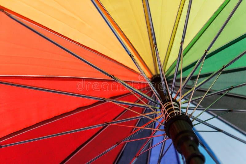 Kleurrijke achtergrond Kleurrijk parapluclose-up stock afbeelding