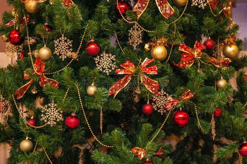 Kleurrijke achtergrond met cristmasboom en decoratief speelgoed stock afbeeldingen