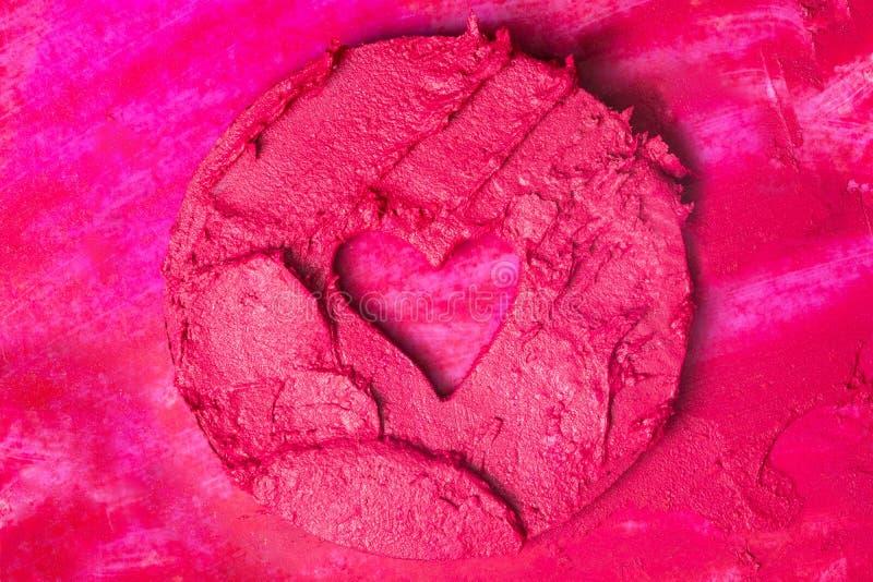 Kleurrijke achtergrond met een vorm van hart op een steekproef van de lippenstiftsamenstelling royalty-vrije stock afbeeldingen