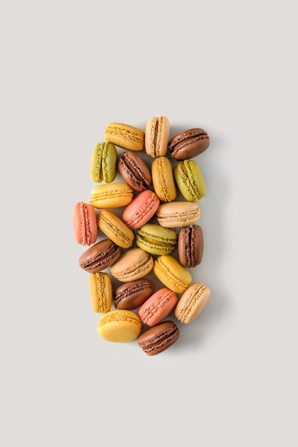 Kleurrijke amandelkoekjes macarons op lichte achtergrond, onstabiel c royalty-vrije stock foto's
