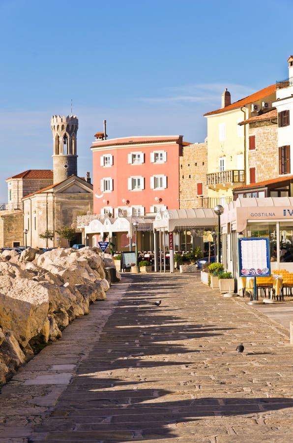 Kleurrijke architectuur bij haven van Piran, kleine kuststad in Istria stock afbeeldingen