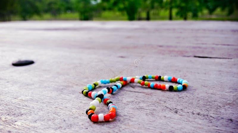 Kleurrijke armband op hout stock fotografie