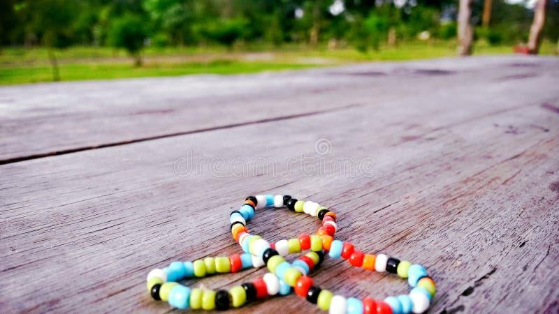 Kleurrijke armband op hout in triada royalty-vrije stock afbeelding