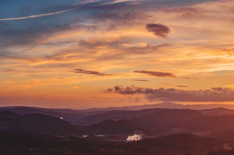 Kleurrijke avond over de Toscaanse heuvels stock foto