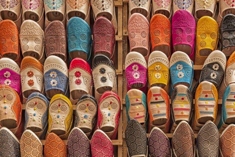 Kleurrijke babiuches bij souk in Fez, Marokko stock afbeelding