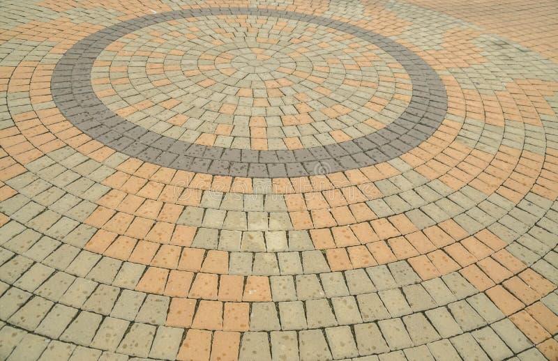 Kleurrijke baksteen op de bestrating in cirkelvorm royalty-vrije stock afbeelding