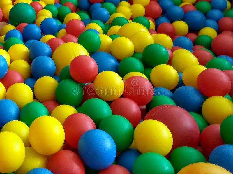 Kleurrijke ballen in de pool stock afbeelding