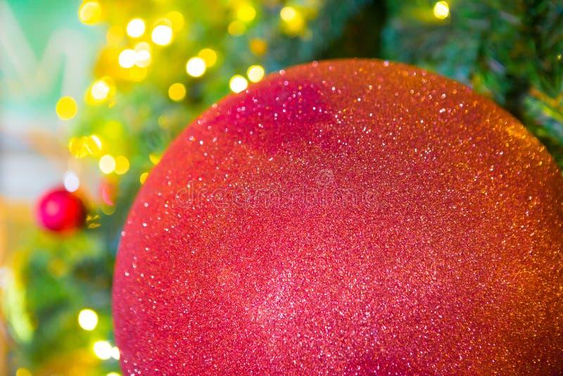 Kleurrijke ballen op een Kerstboom stock foto's