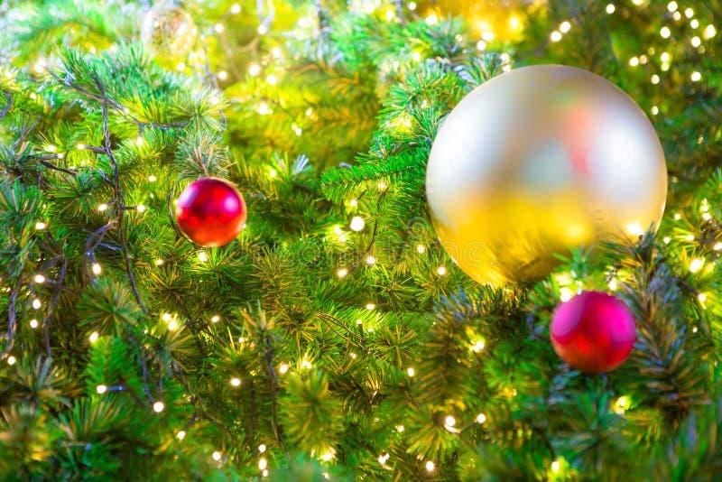 Kleurrijke ballen op een Kerstboom royalty-vrije stock foto