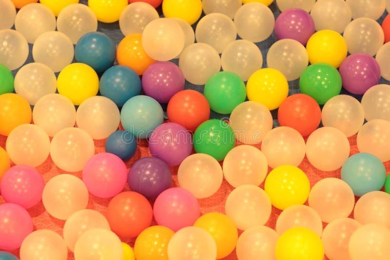 Kleurrijke ballenkinderen, de grappige vijver van de kleuterschool plastic bal royalty-vrije stock foto's