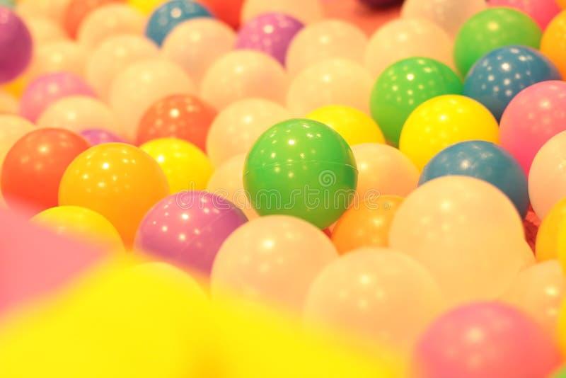 Kleurrijke ballenkinderen, de grappige vijver van de kleuterschool plastic bal royalty-vrije stock afbeeldingen