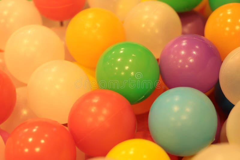 Kleurrijke ballenkinderen, de grappige vijver van de kleuterschool plastic bal stock foto