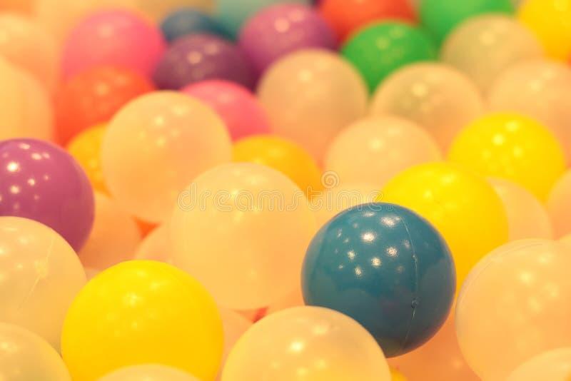 Kleurrijke ballenkinderen, de grappige vijver van de kleuterschool plastic bal stock afbeelding