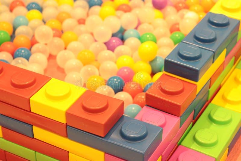 Kleurrijke ballenkinderen, de grappige vijver van de kleuterschool plastic bal stock afbeeldingen