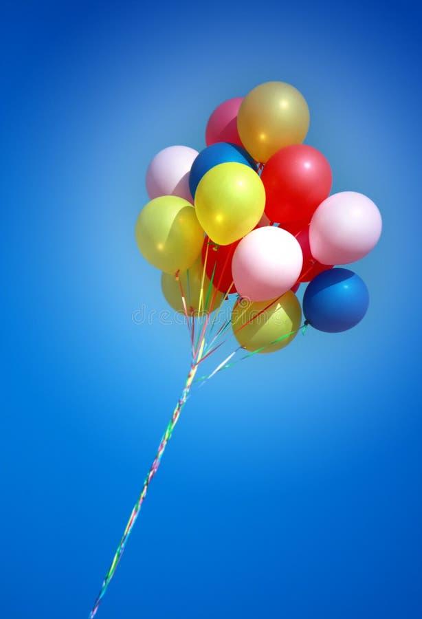 Kleurrijke ballons in blauwe hemel royalty-vrije stock afbeeldingen