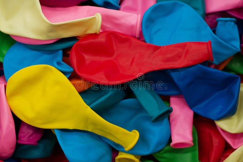 Kleurrijke ballons en confettien Feestelijke of partijachtergrond vlak leg stijl Exemplaarruimte voor tekst De groetkaart van de  royalty-vrije stock fotografie