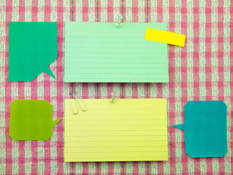 Kleurrijke Ballons en Nota's (Roze Stoffenachtergrond) stock afbeeldingen