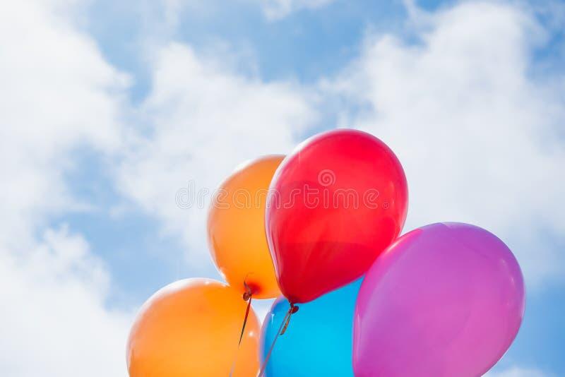 Kleurrijke ballons op blauwe hemel Liefde, de zomer, valentijnskaart en huwelijk, viering en vakantieconcept royalty-vrije stock fotografie