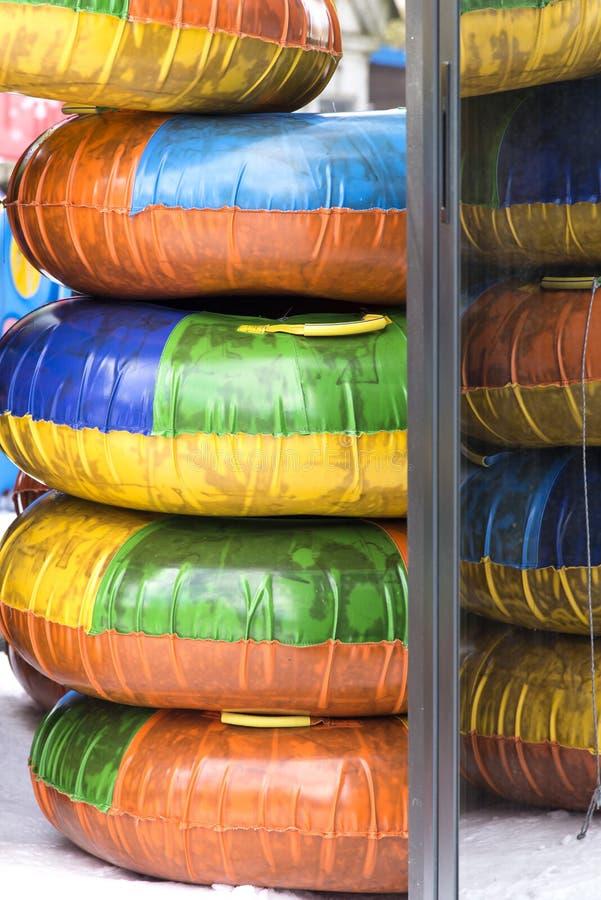 Kleurrijke banden voor het sledding voor jonge geitjes stock foto's