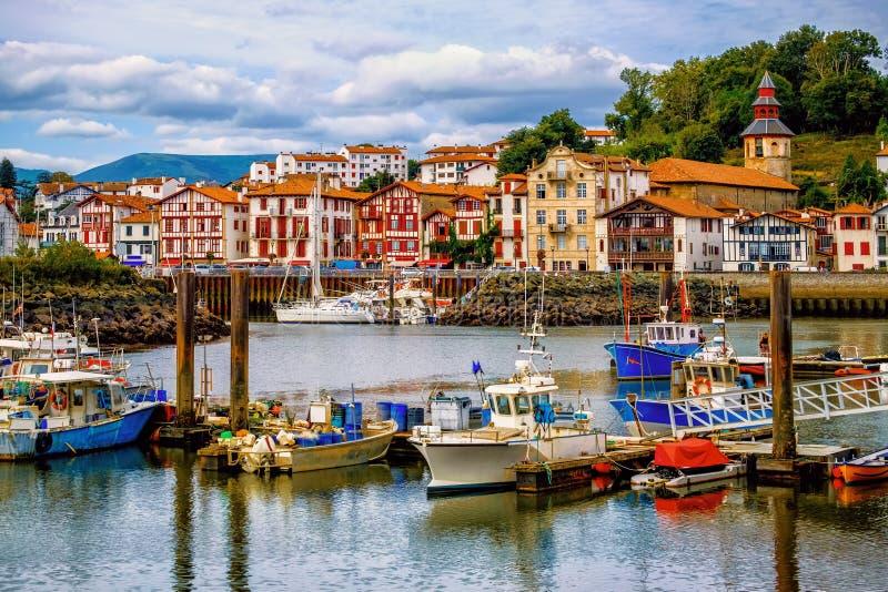 Kleurrijke Baskische huizen in haven van heilige-Jean-DE-Luz, Frankrijk stock foto