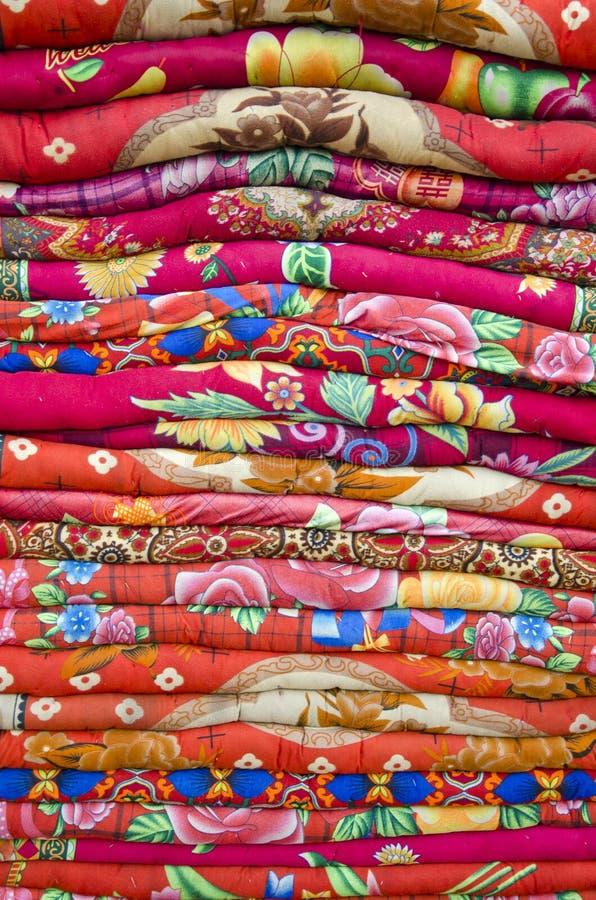 Kleurrijke bedbladen die voorwerpen in de markt van Azië vastzetten royalty-vrije stock afbeeldingen