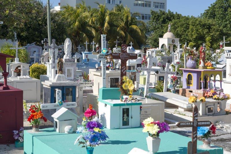 Kleurrijke begraafplaats in Isla Mujeres, Mexico stock foto's