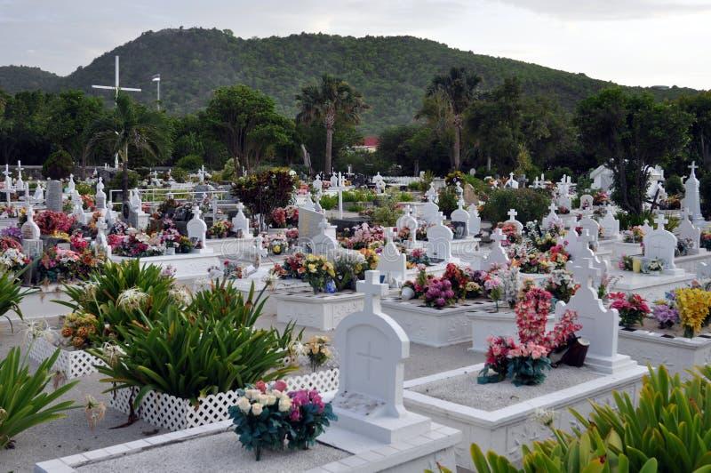 Kleurrijke begraafplaats op het strand stock foto