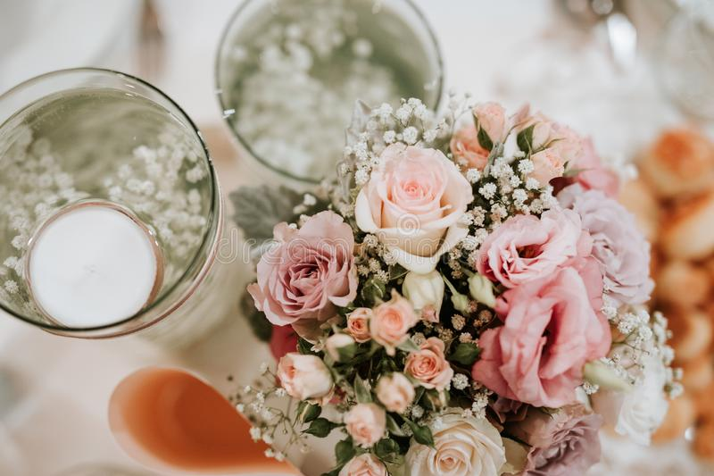 Kleurrijke belangrijkste van het bloemhuwelijk decoratie stock foto's