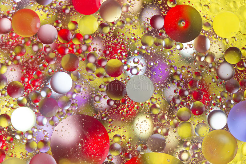 Kleurrijke bellen in olieachtig water stock fotografie