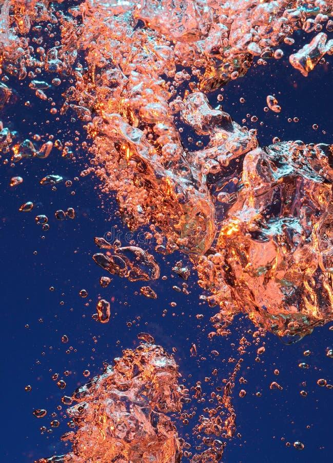 Kleurrijke bellen in water stock afbeeldingen