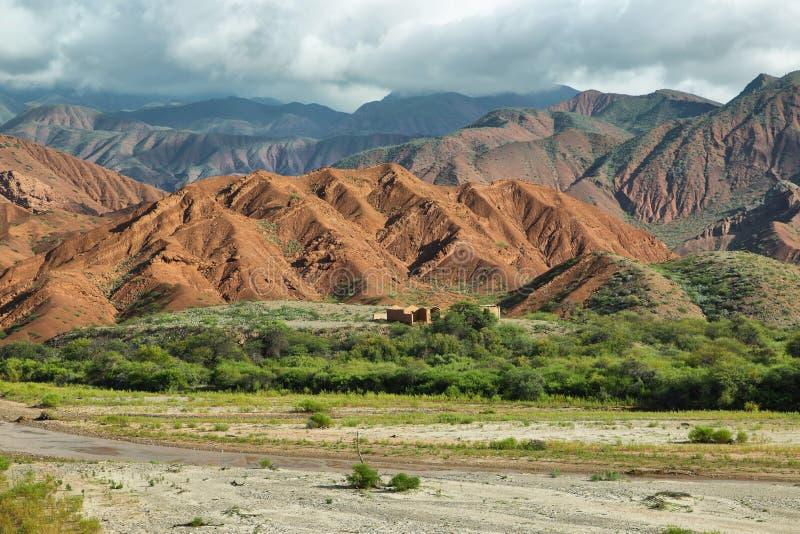 Kleurrijke bergen van Quebrada DE las Conchas, Argentinië stock fotografie