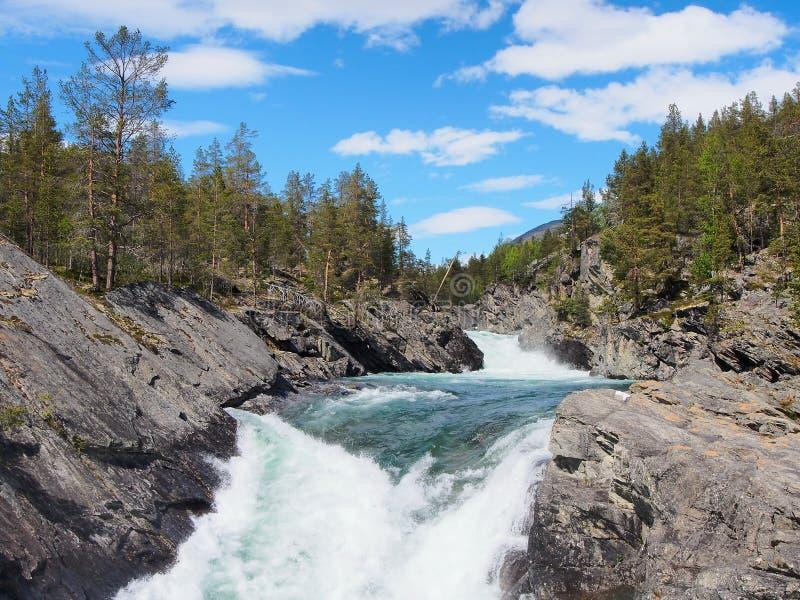 Kleurrijke bergrivier in het hart van de bergen van Noorwegen royalty-vrije stock fotografie