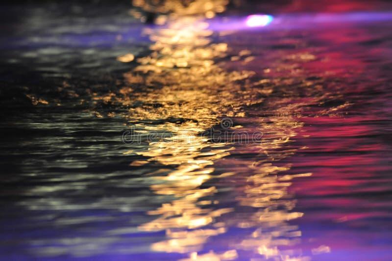 Kleurrijke bezinningen over water royalty-vrije stock foto