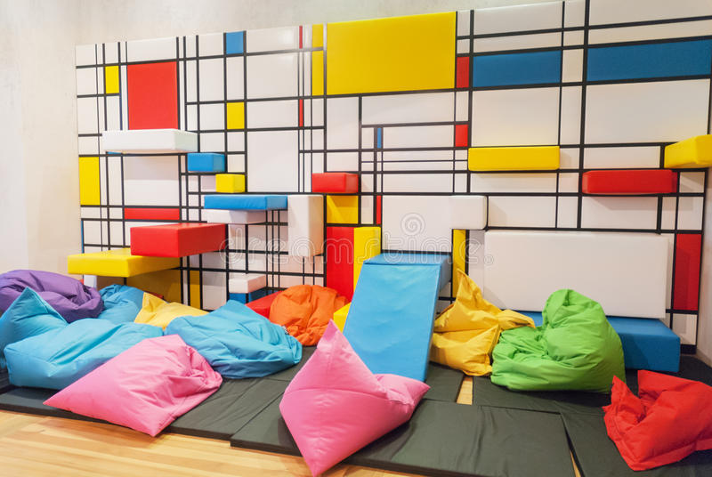 Kleurrijke binnenlandse kinderen openbare speelkamer met hoofdkussens en geschilderd royalty-vrije stock foto's