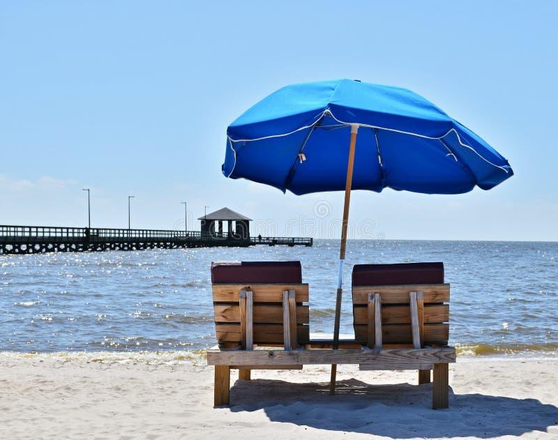 Kleurrijke blauwe paraplu bij strand stock foto