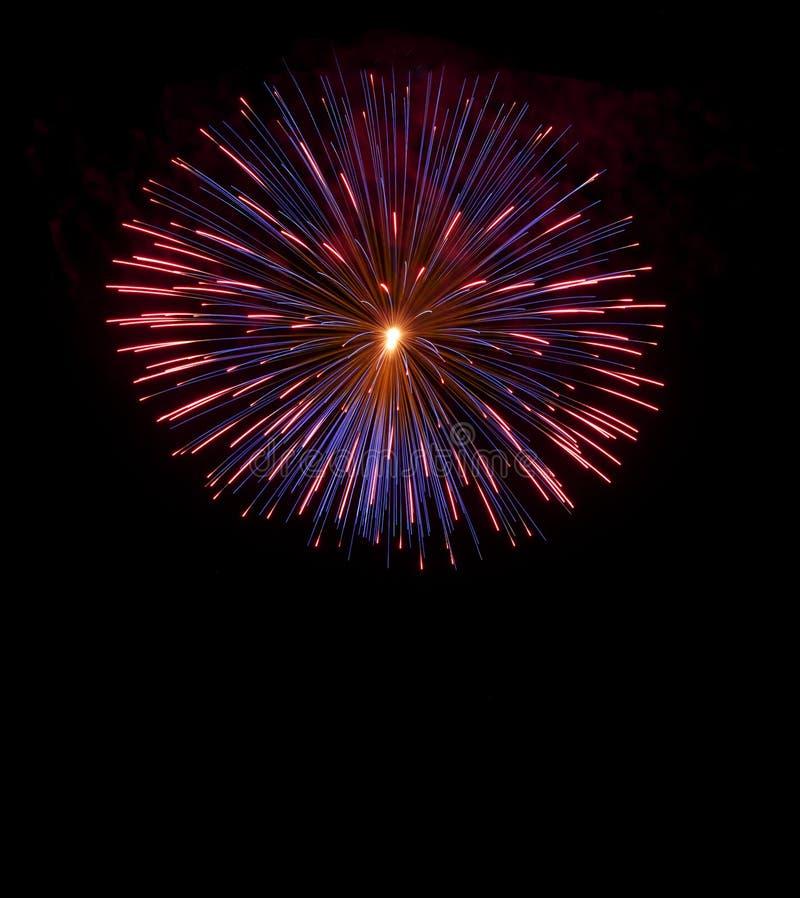 Kleurrijke blauwe vuurwerkachtergrond, vuurwerkfestival, Onafhankelijkheidsdag, 4 Juli, vrijheid Kleurrijk die vuurwerk in donker royalty-vrije stock afbeeldingen