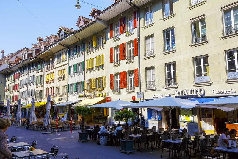 Kleurrijke blinden op de vensters van huizen in de stad stock foto's