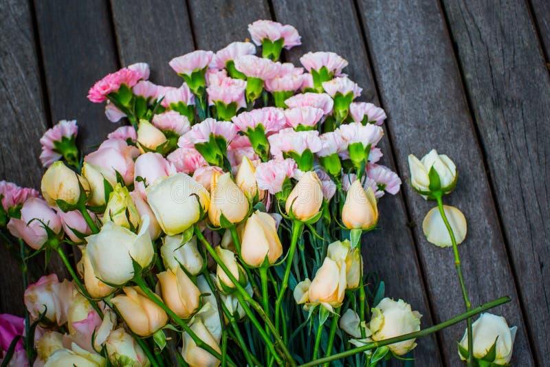 Kleurrijke Bloem op hout stock afbeeldingen