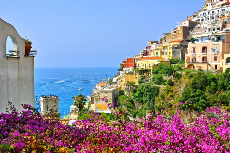 Kleurrijke bloemen en gebouwen in Positano, Amalfi Kust, Itali? royalty-vrije stock afbeelding