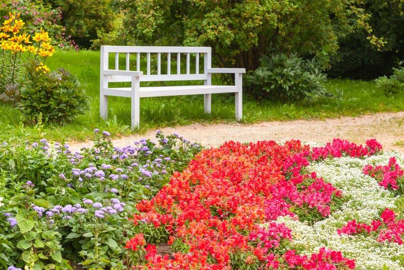 Kleurrijke bloemen op het bloembed in de zomerpark royalty-vrije stock fotografie