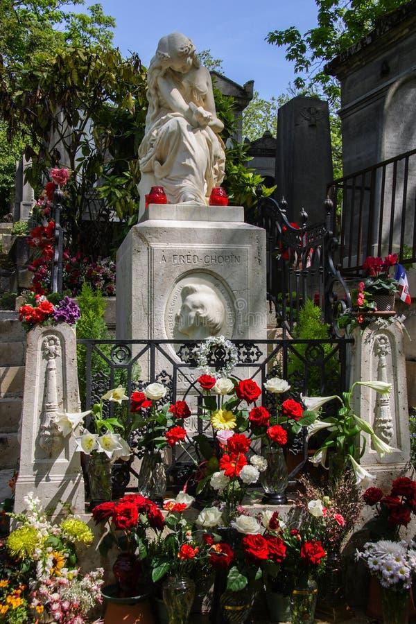 Kleurrijke bloemen op het graf van Chopin in Pere Lachaise Cemetery royalty-vrije stock foto's