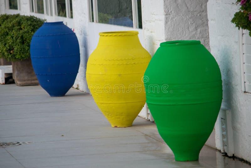 Kleurrijke bloempotten stock foto