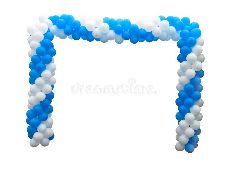 Kleurrijke boog van witte en blauwe die ballons over achtergrond worden geïsoleerd stock afbeelding