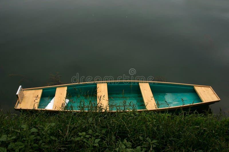 Download Kleurrijke Boot Door Het Water Stock Afbeelding - Afbeelding bestaande uit gebonden, mystic: 33437