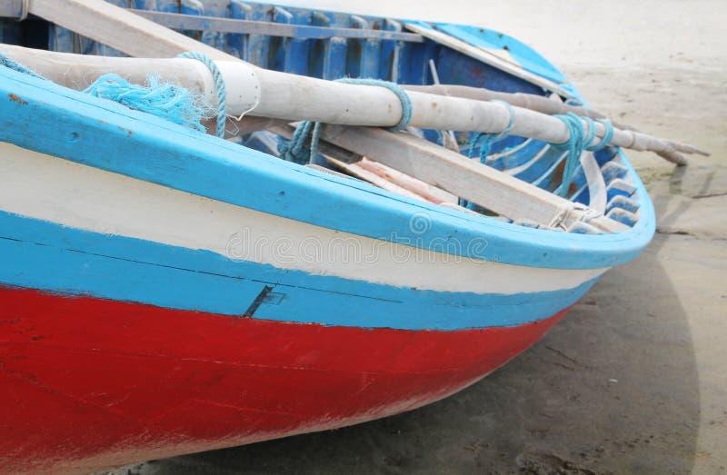 Kleurrijke boot op een strand stock afbeelding